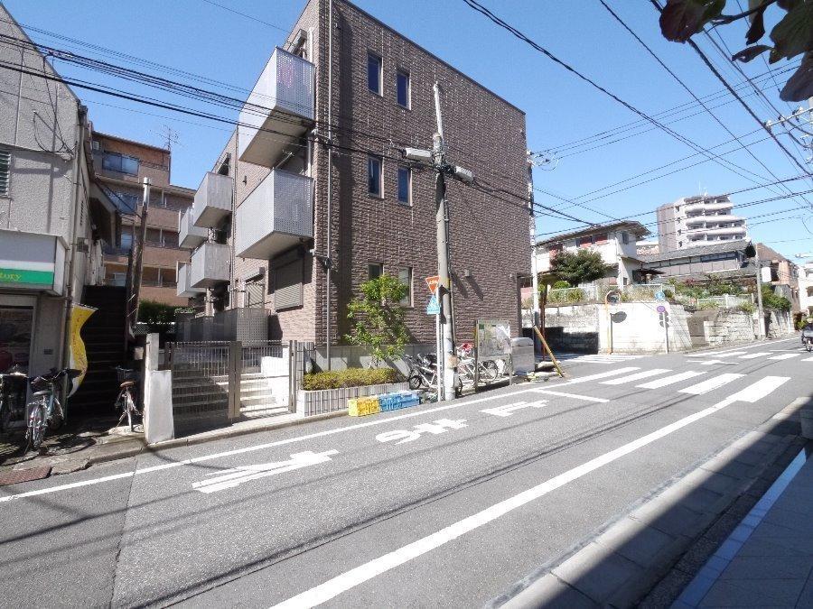外観:二面道路の角地に建つ、3階建てのオートロックマンション♪全室南向きで陽当たり良好です♪