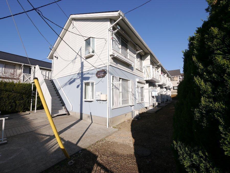外観:少し高台に建ち窓先は道路に面していないので、洗濯物などを干すのにも安心です♪