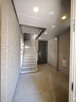 エントランス:共用部は内廊下となっておりますので、雨風濡れずに安心です♪