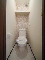 トイレ:温水洗浄便座付きで清潔感のあるトイレ♪便利な上部棚もご用意しております♪