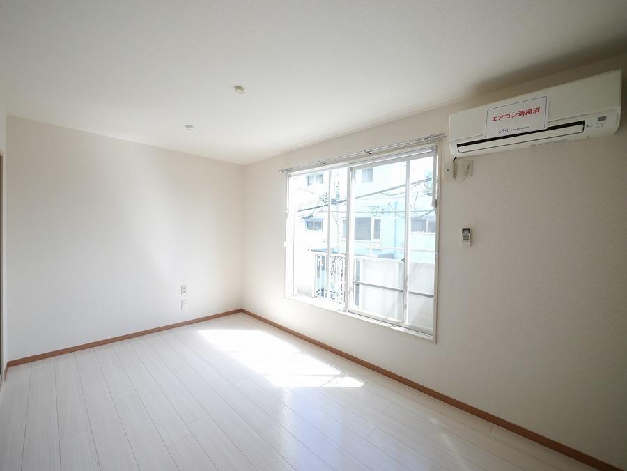 洋室:横長の洋室は、ベッドを端に寄せて家具の配置が考えやすいおススメの間取りです♪可動式フックも付いており、ハンガーや時計などをかけてお使いいただけます♪