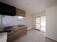 キッチン:キッチンにも窓が付いていて換気もしやすいです♪白を基調とした明るい雰囲気♪