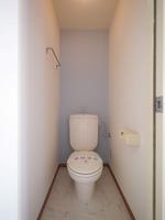 トイレ:機能的なトイレです♪ブルーのアクセントクロスが素敵です♪