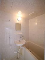 浴室:シャワー付きで清潔感のある浴室♪今回壁と天井のフィルムが新しく貼り替わり、気持ちよくお使いいただけます♪