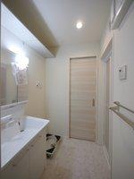 洗面室:三面鏡タイプのシャンプードレッサーで朝のお仕度も簡単に♪脱衣所の上部にも、棚をご用意しているので、買い置きの洗剤なども収納できますよ♪