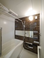 浴室:ワイドミラーでホテルのような高級感のある浴室♪追い炊き機能付きでいつでも暖かいお湯につかっていただけます♪