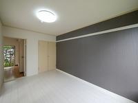 洋室:大きな押入れタイプの収納付き♪出入口も2か所で便利です♪アクセントクロスが素敵です♪