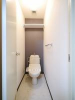 トイレ:温水洗浄便座を設置した綺麗なトイレです♪上部には新たに棚を新設♪