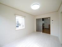 洋室:角部屋なので、出窓が付いていて明るく開放的な洋室です♪