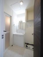 洗面室:朝のお仕度の際にも便利な三面鏡タイプの独立洗面台♪