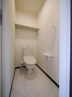 トイレ:上部に便利な収納棚がある温水洗浄便座付きのトイレです♪