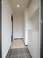 玄関:玄関ホールを挟んでリビングですので、プライベートスペースをシーンが分かれており安心♪