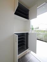収納:玄関には上下に収納可能なシューズボックスをご用意しています♪